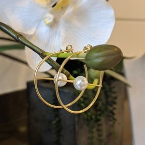 Jewelry - Gold hoops with a pearl in the middle